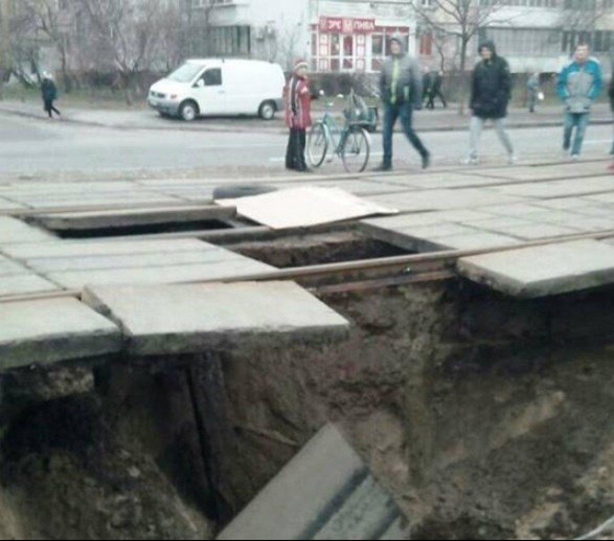 3 м завглибшки: У Києві під трамвайними рейками обвалилася земля