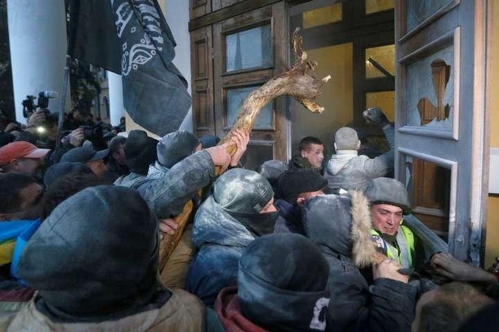 Фото: Уніан, Reuters Захоплення Жовтневого палацу в столиці України. 17 грудня 2017 року