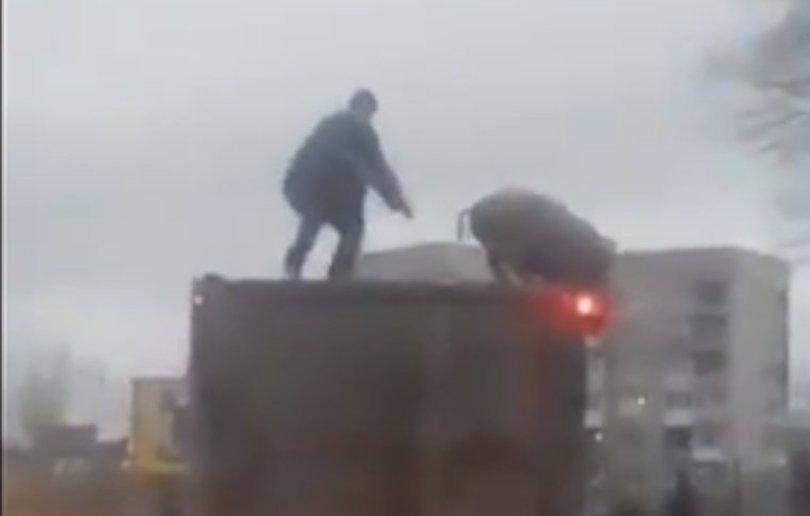 Під Києвом чоловік ловив свиню на даху вантажівки (відео)