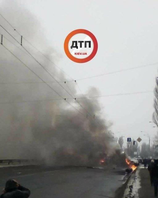 Жахлива аварія у Києві: фура в'їхала в маршрутку з людьми (фото, відео 18+)