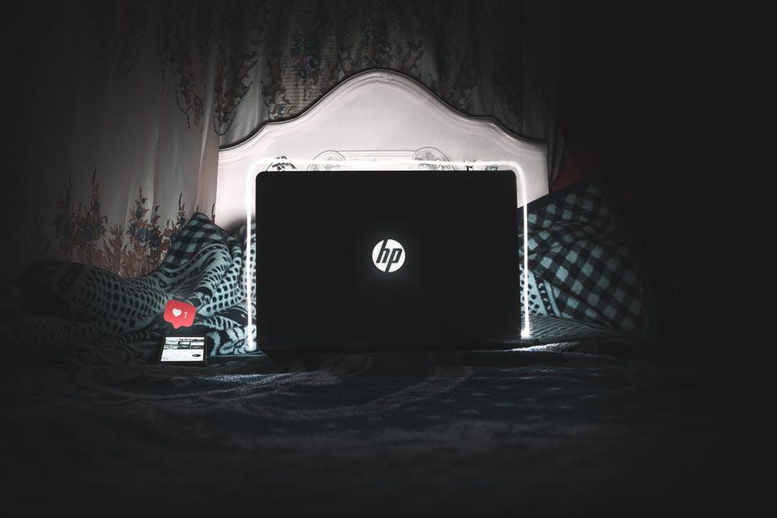 з ноутбуком у ліжку