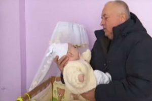 Їй – 50, йому – 60 років: у Львівській області у зрілої пари народилася дівчинка (відео)