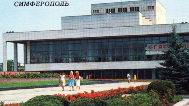 Кримський академічний український музичний театр у Сімферополі. Будинок зведений 1977 року - на той час найкраща будівля музичного театру в УРСР