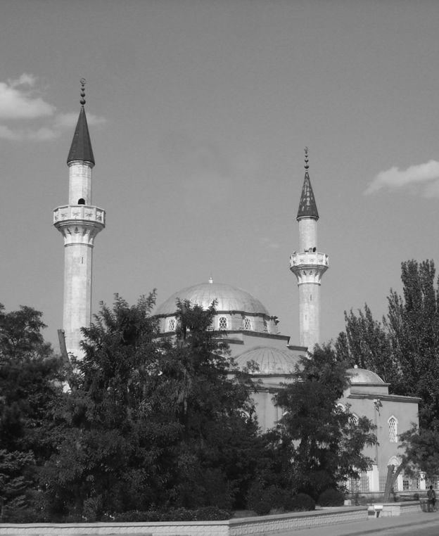 """Мечеть Хан-джамі в Євпаторії, одна з перлин історії кримських татар. За росіян - гуртожиток. Реставрацію почав 1969 року інститут """"УкрНДІпроектреставрація"""", в 1990 роки її повернули громаді"""