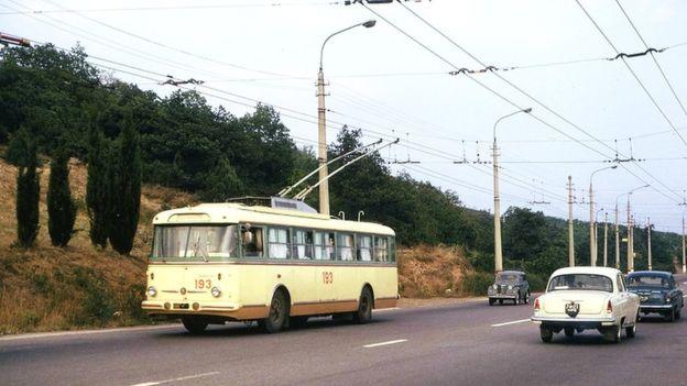 """Для найдовшого в світі тролейбусного маршруту №12 Сімферополь-Алушта-Ялта придбали новенькі чехословацькі """"Шкоди"""". На гірській трасі вони незамінні."""