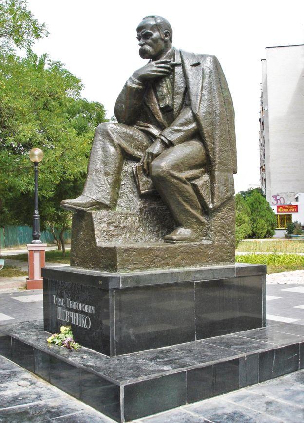 Бронзовий пам'ятник Тарасові Шевченку в Євпаторії на вул. Шевченка, 2012