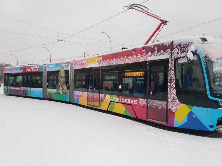 Швидкісні трамваї у Києві прикрасили портретами Амосова та Патона