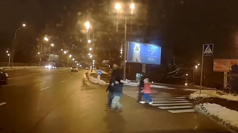 Жінки з дітьми перебігали шестисмугову дорогу (відео)