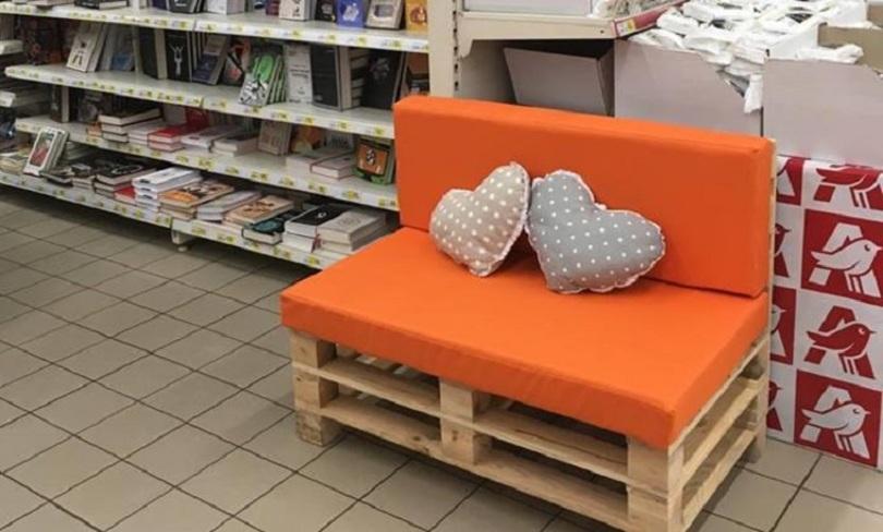 Для бабусі, яка читає книги в магазині, поставили диванчик (Ірина Яргін)
