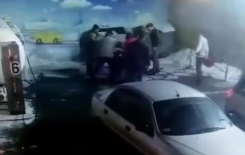 На АЗС сталася масова бійка водіїв через місце в черзі до колонки (відео)