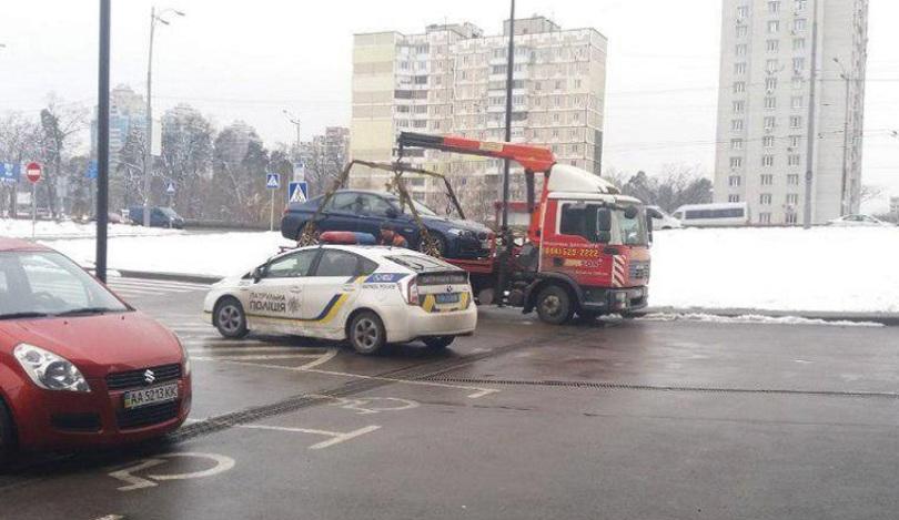 Столичного «героя парковки» евакуювали з місця для інвалідів (фото)
