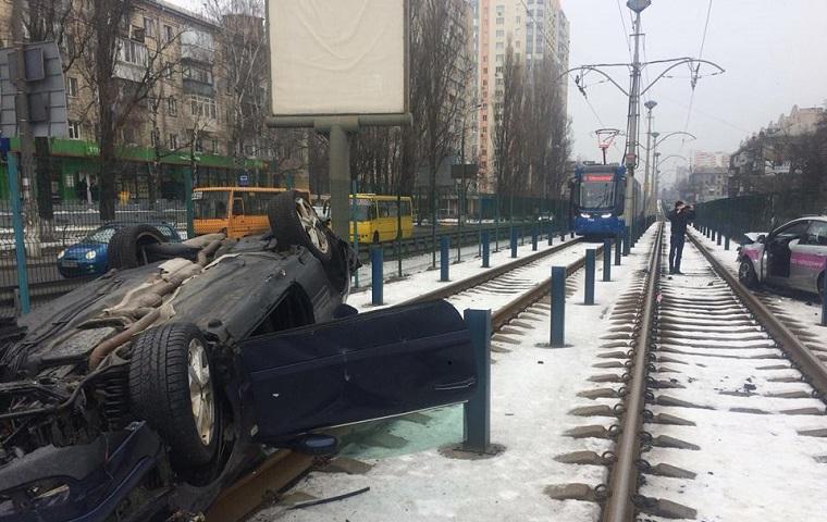 У Києві автомобіль вилетів на шляху швидкісного трамвая (фото)
