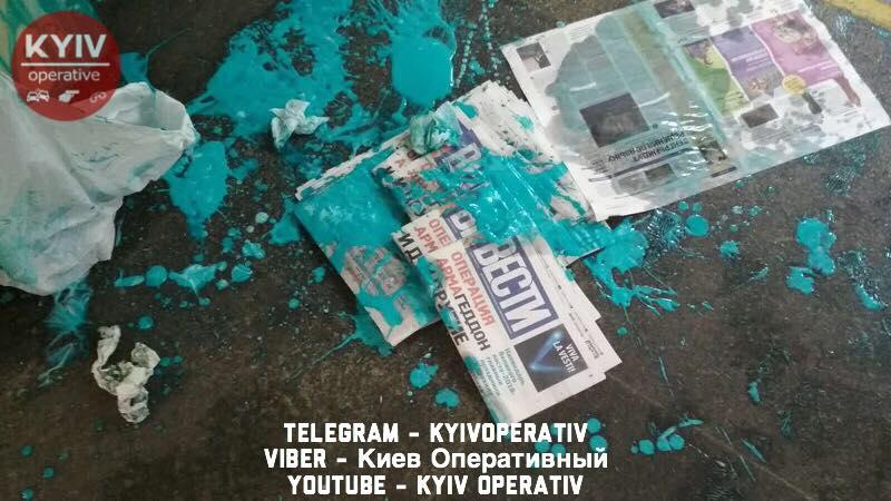 У київському метро облили фарбою розповсюджувача газети «Вести» (фото)