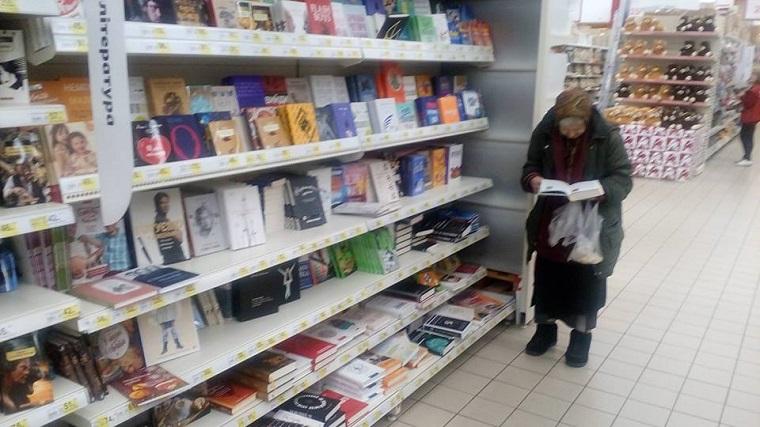 Бабуся протягом 15 років читає книги в столичному супермаркеті (фото)