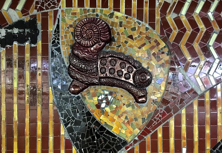 Бронзовий баранчик і квітка: в переході на Майдані стали видні оригінальні мозаїки (фото)