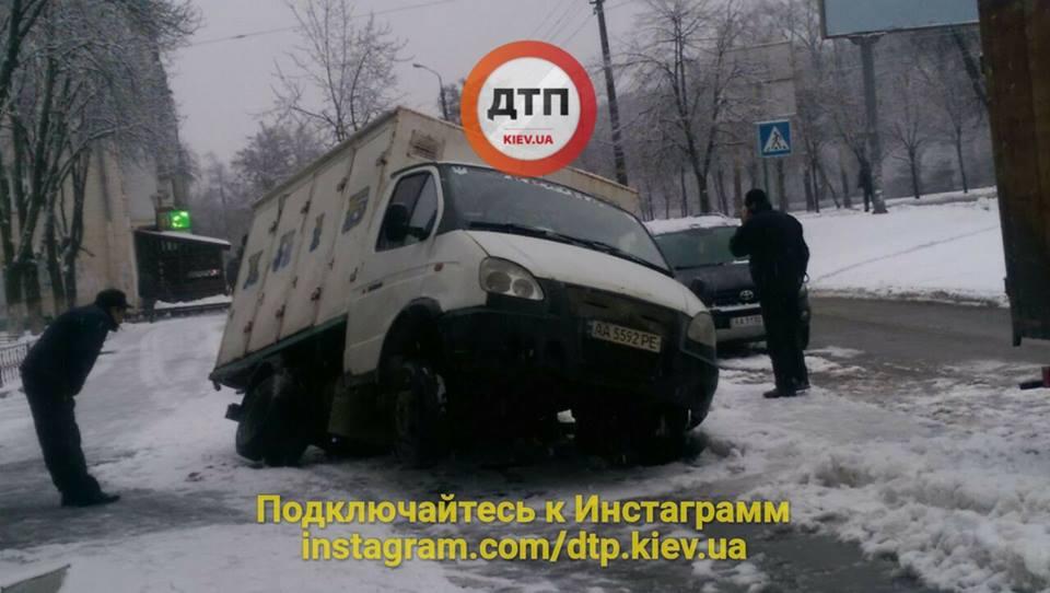 В Києві хлібовоз провалився під асфальт (фото)
