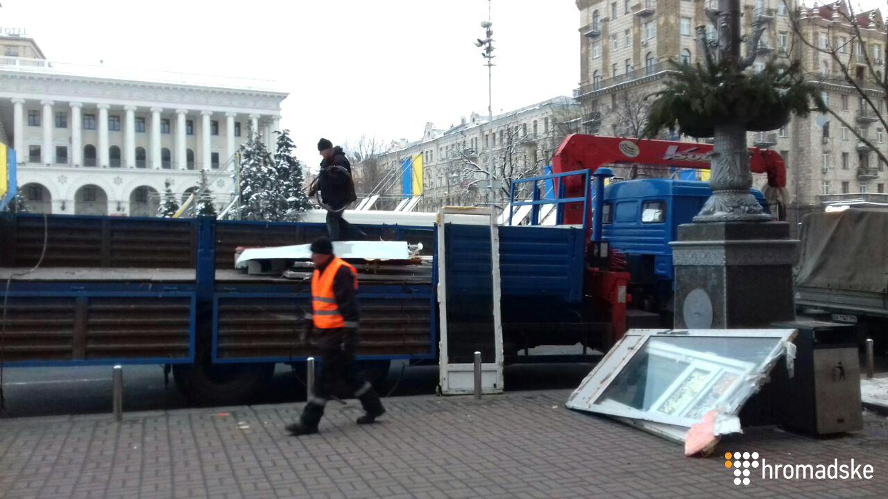В переході на Майдані Незалежності зносять МАФи (фото, відео)
