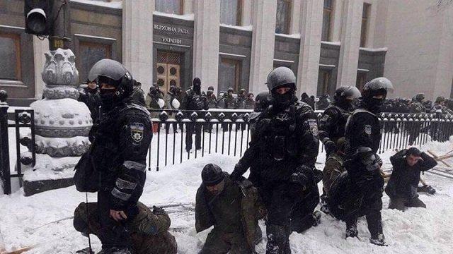 У МВС пояснили, чому затриманих під час сутичок під Верховною Радою ставили на коліна в сніг