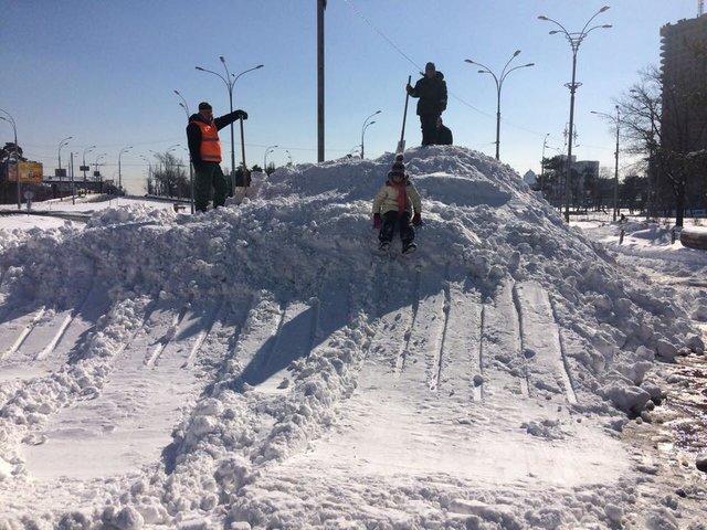 У Києві комунальники спорудили зі снігу величезну гору з трампліном