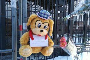 Пожежа в Кемерово: у Києві під посольство Росії принесли квіти та іграшки (фото)