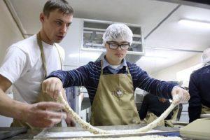 Під Києвом запрацювала пекарня з вакансіями для «сонячних» дітей (відео)