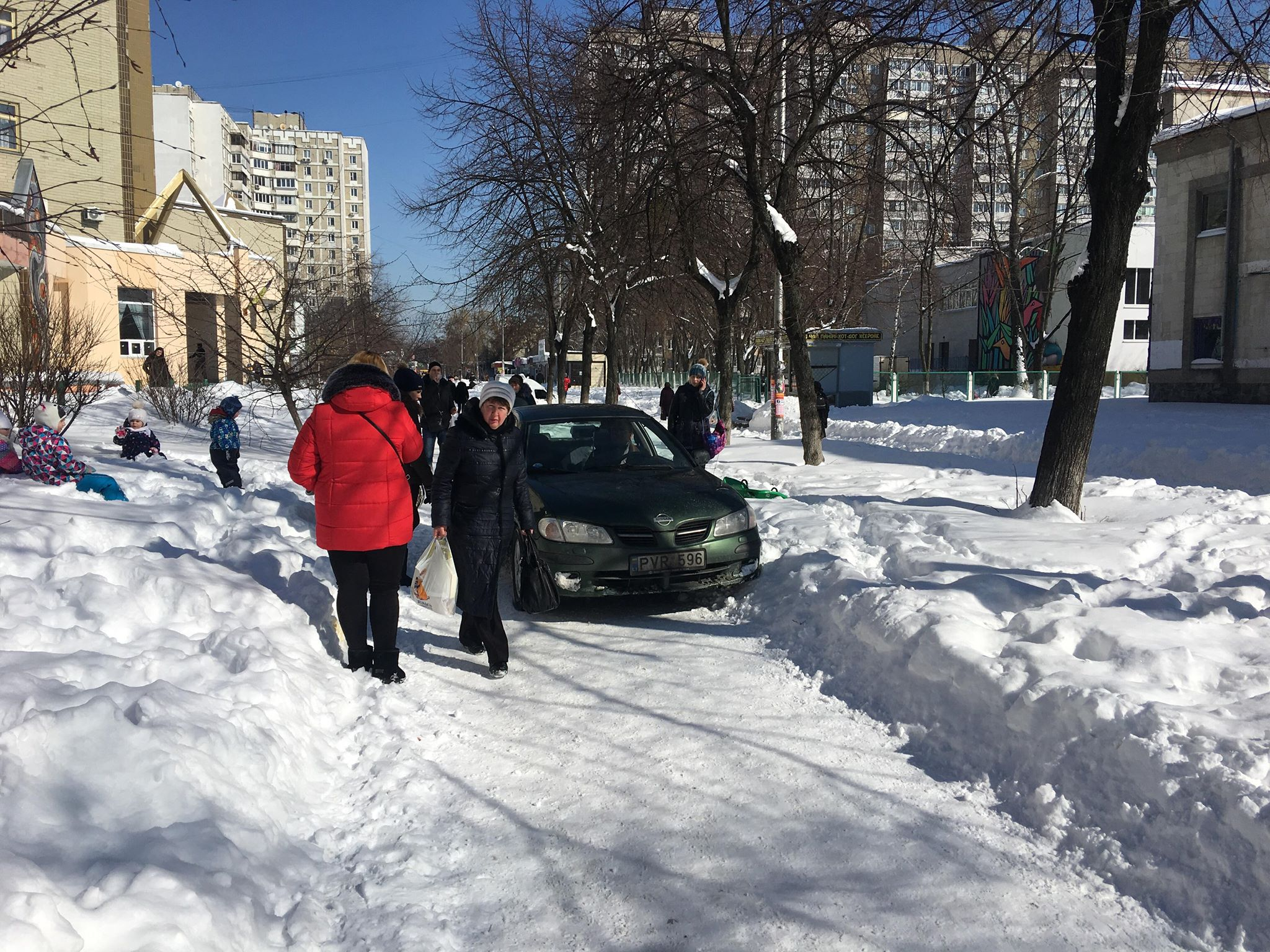 У Києві нахабний АВТОХІТ виганяв людей з пішохідної доріжки