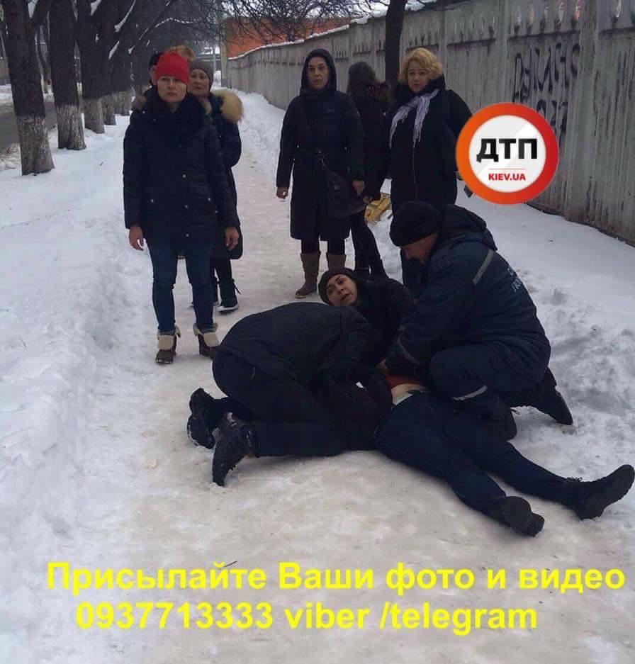 «Йшла, впала, не прийшла до тями»: на Нивках раптово померла жінка (фото)