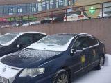 На машинах російського посольства намалювали тризуби (фото, відео)