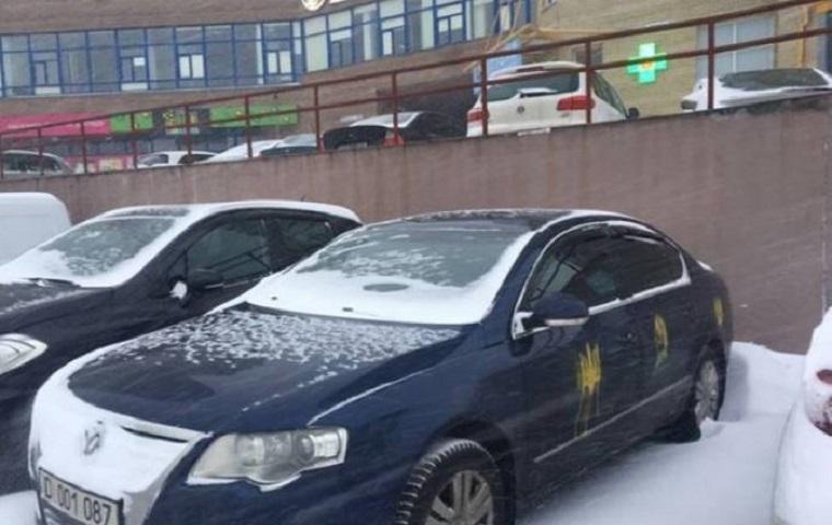 На машинах російського посольства намалювали тризубами (фото, відео)