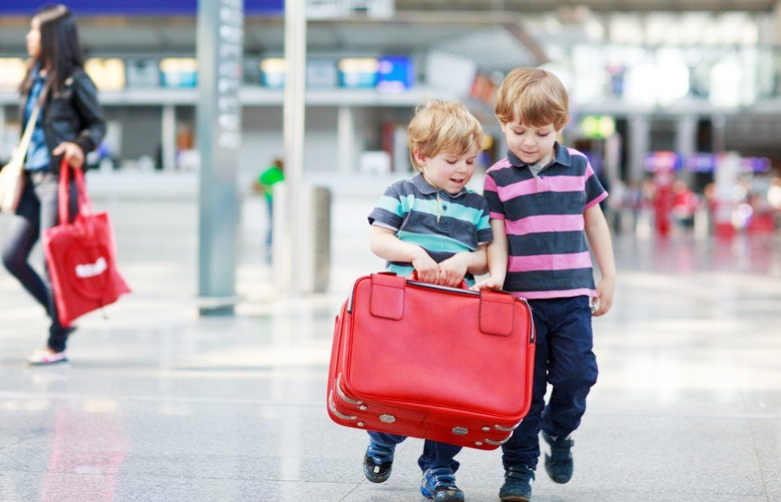 дитина валіза аеропорт