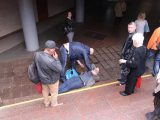У столиці чоловік впав у підземний перехід і зламав ліхтар (фото)