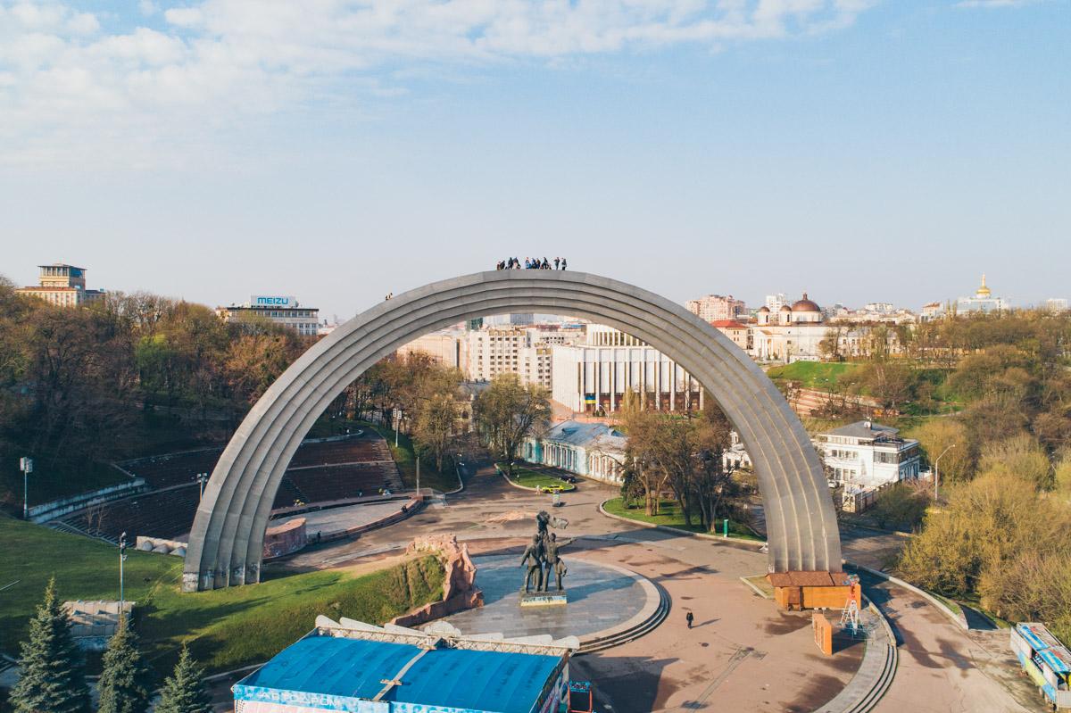 У Києві руфери підкорили арку Дружби народів (фото)