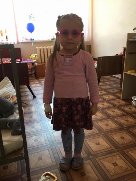 У Києві шукають сім'ю дівчинки, у якої померла мама. Дитина вже четвертий місяць живе в лікарняній палаті