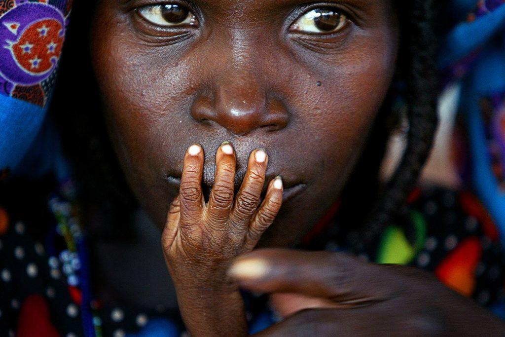 Виснажена дитина з матір'ю під час посухи в Тахуа, Нігер.