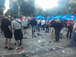 Пляшки, сміття всюди: футбольні фанати влаштували смітник в центрі Києва (фото)