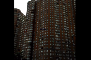 Мешканець столиці стрибнув з вікна багатоповерхівки з парашутом (відео)