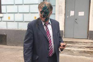 У Києві главу Росспівробітництва облили зеленкою і фекаліями (фото, відео)