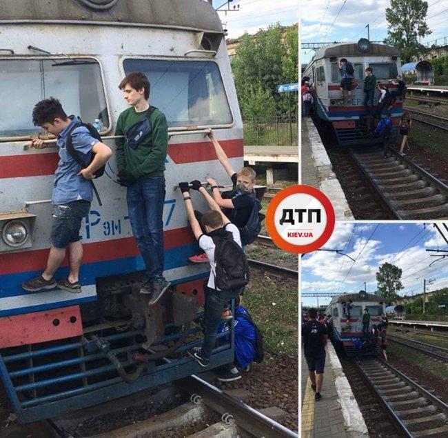 У Києві чергові хлопчики-зацепери влаштували екстрим на електричці