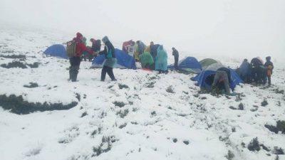 Рятувальники визволяли зі снігового полону туристів, яких застав сніг в горах Закарпаття  (фото)