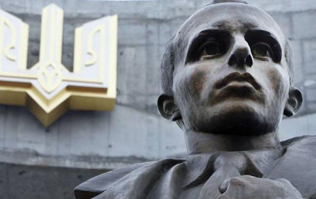 У центрі Києва осквернили банер з обличчям Степана Бандери (фото)