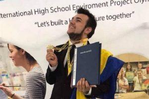 Український школяр, який зробив папір з листя, отримав стипендію в університеті США