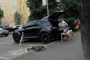 Киянка на Range Rover торгувала сливами з багажника