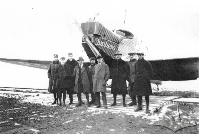 Junkers F.13 і пасажири першого рейсу Гданськ – Варшава – Львів, фото, 1922 рік.