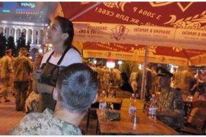 """""""Такіх как ви ми нє абслуживаєм!"""" – У Києві на Хрещатику з кафе вигнали військових, які братимуть участь у параді."""