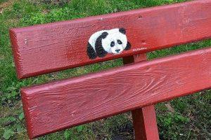 Столична художниця малює на лавках у парку милих тварин (фото)