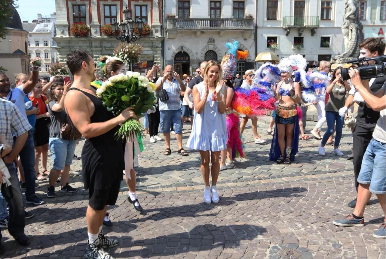 Львівський ІТ-бізнесмен подарував своїй коханій Ford Mustang на площі Ринок