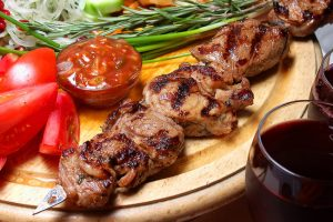 Як приготувати маринад до шашлика: ТОП-8 рецептів, які зроблять м'ясо неймовірно ніжним