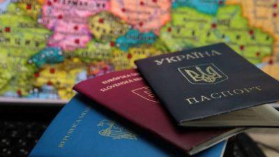 У Береговому українцям видають угорські паспорти під клятву та шампанське (відео)