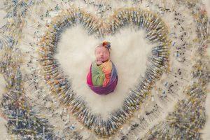 Фото дня: 1616 уколів знадобилося, щоб народилася ця дитина