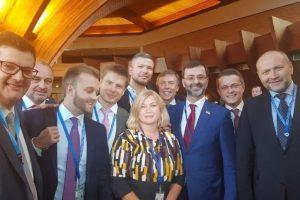 Українська делегація у ПАРЄ заглушила пряме включення російської журналістки виконанням гімну (відео)